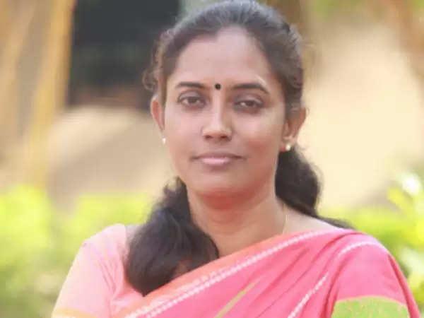 """""""ஆண்மைனா என்னனு தெரியுமா சீமான்?"""" – கிழித்தெடுத்த சினேகா மோகன்தாஸ்!"""