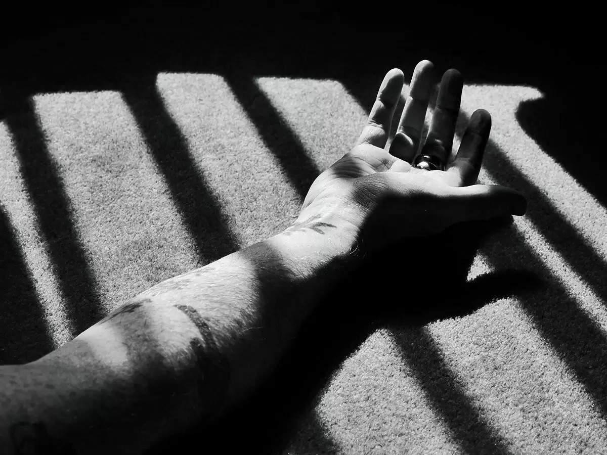 காதலனோடு ஜாலியாக இருந்த சகோதரி -பார்த்த சகோதரன் என்ன செய்தார் பாருங்க