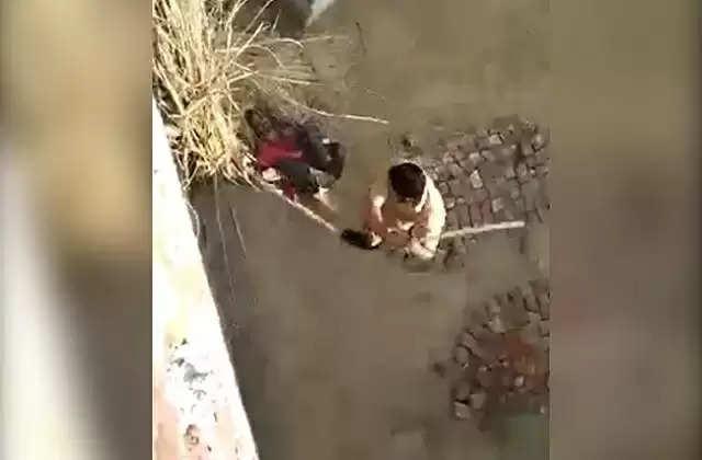 உத்தரப்பிரதேசத்தில் போலீசார் ஒருவரை காட்டுமிராண்டி தனமாக தாக்கிய அதிர்ச்சி வீடியோ