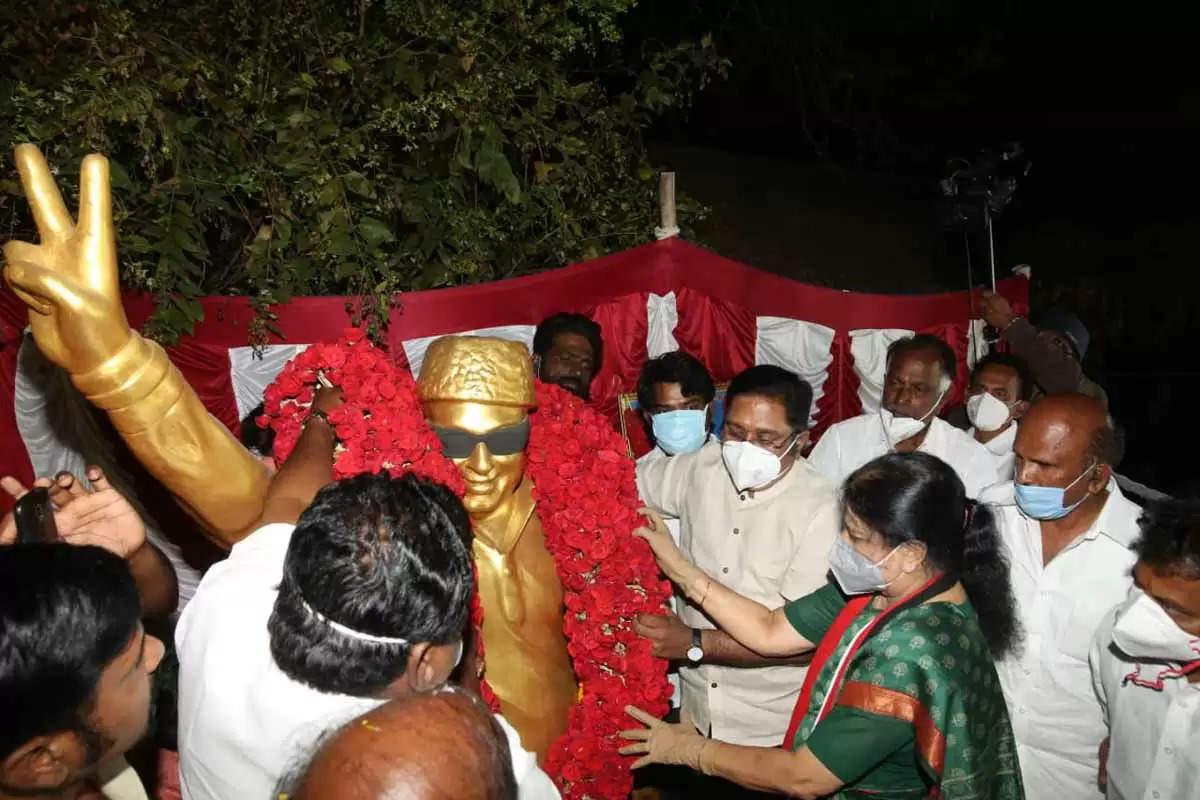 பரபரப்புக்கு மத்தியில்  சசிகலாவை சந்திக்கும் கருணாஸ்
