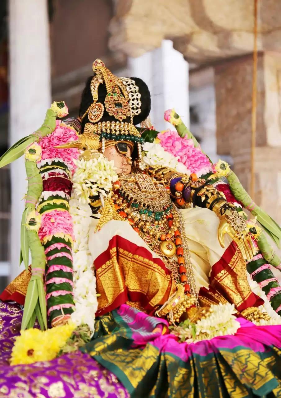 ஸ்ரீரங்கத்தில்  தாயார் திருவடி சேவை – ஆயிரக்கணக்கான பக்தர்கள் தரிசனம்